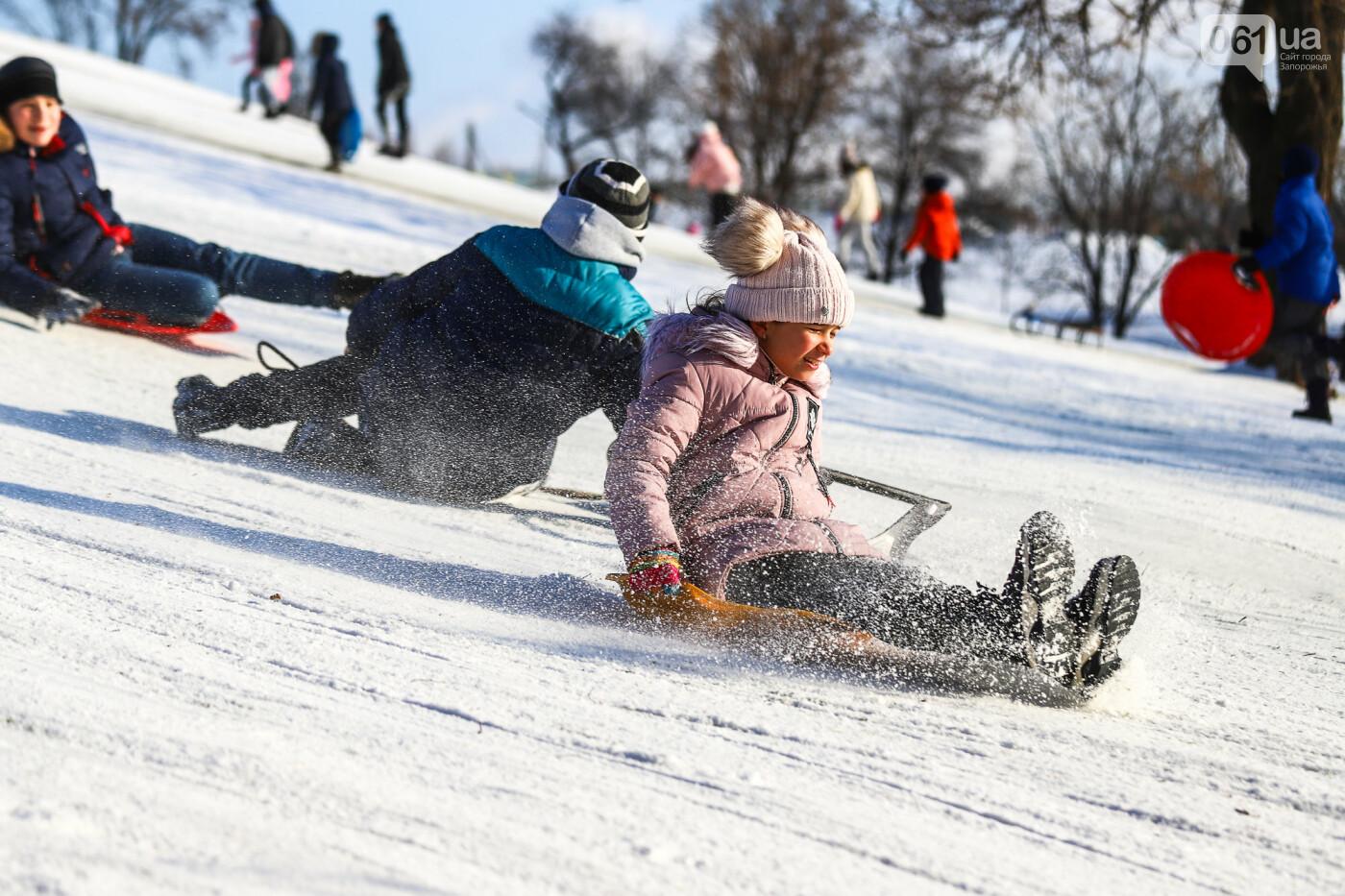 На санках, лыжах и сноуборде: запорожцы устроили массовое катание с горок в Вознесеновском парке, - ФОТОРЕПОРТАЖ, фото-86