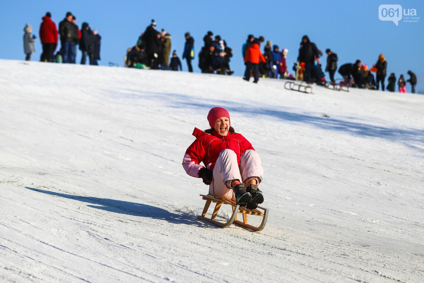 На санках, лыжах и сноуборде: запорожцы устроили массовое катание с горок в Вознесеновском парке, - ФОТОРЕПОРТАЖ, фото-87