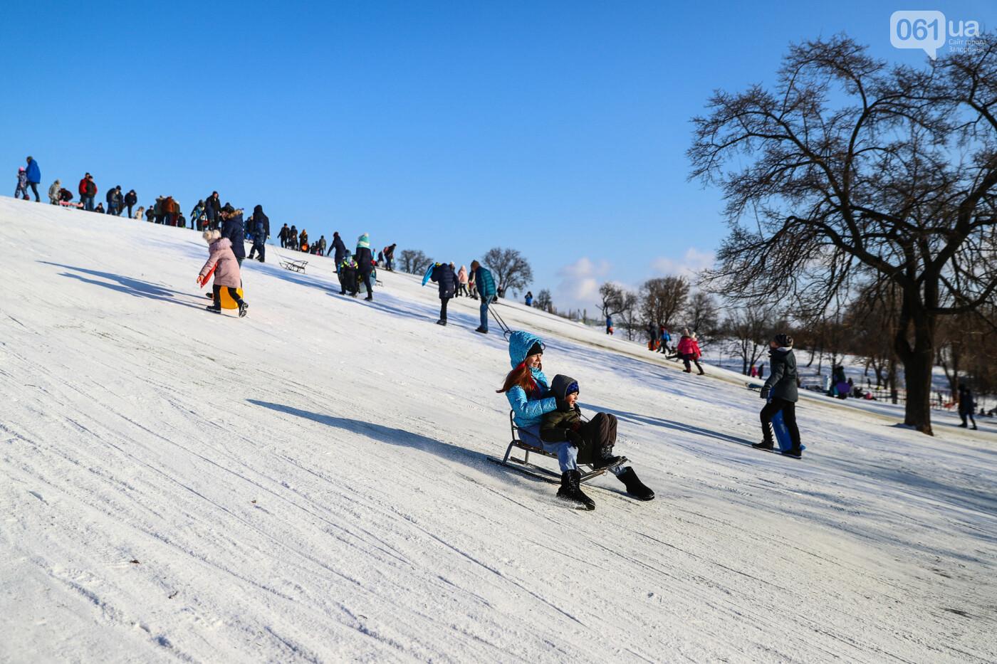 На санках, лыжах и сноуборде: запорожцы устроили массовое катание с горок в Вознесеновском парке, - ФОТОРЕПОРТАЖ, фото-88