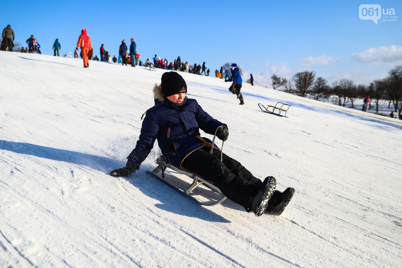 На санках, лыжах и сноуборде: запорожцы устроили массовое катание с горок в Вознесеновском парке, - ФОТОРЕПОРТАЖ, фото-90