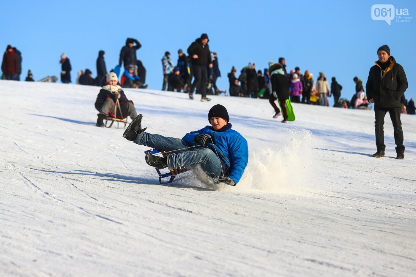 На санках, лыжах и сноуборде: запорожцы устроили массовое катание с горок в Вознесеновском парке, - ФОТОРЕПОРТАЖ, фото-93