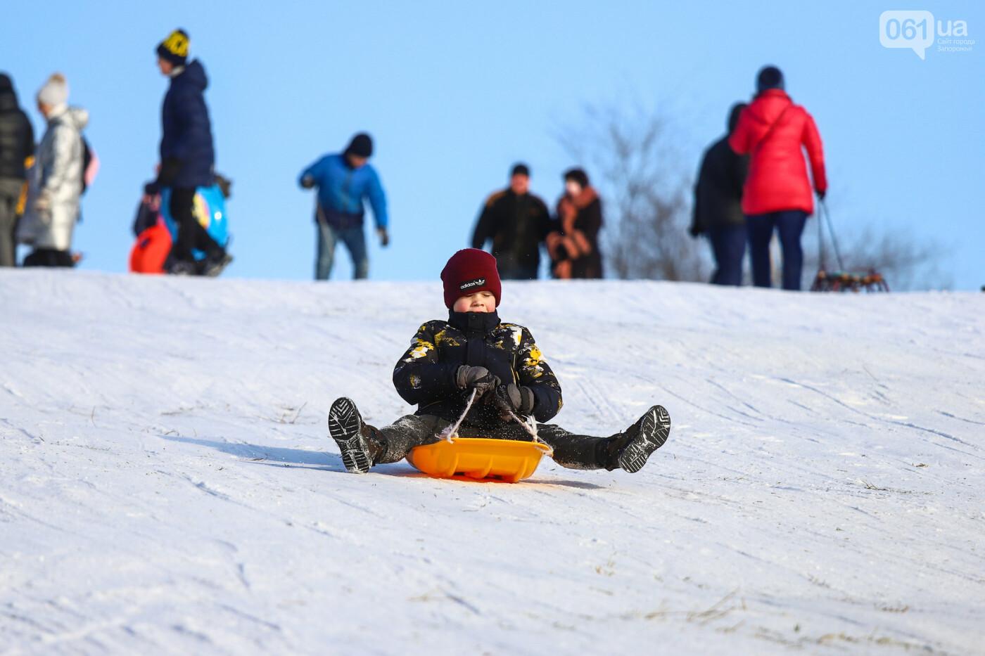 На санках, лыжах и сноуборде: запорожцы устроили массовое катание с горок в Вознесеновском парке, - ФОТОРЕПОРТАЖ, фото-94