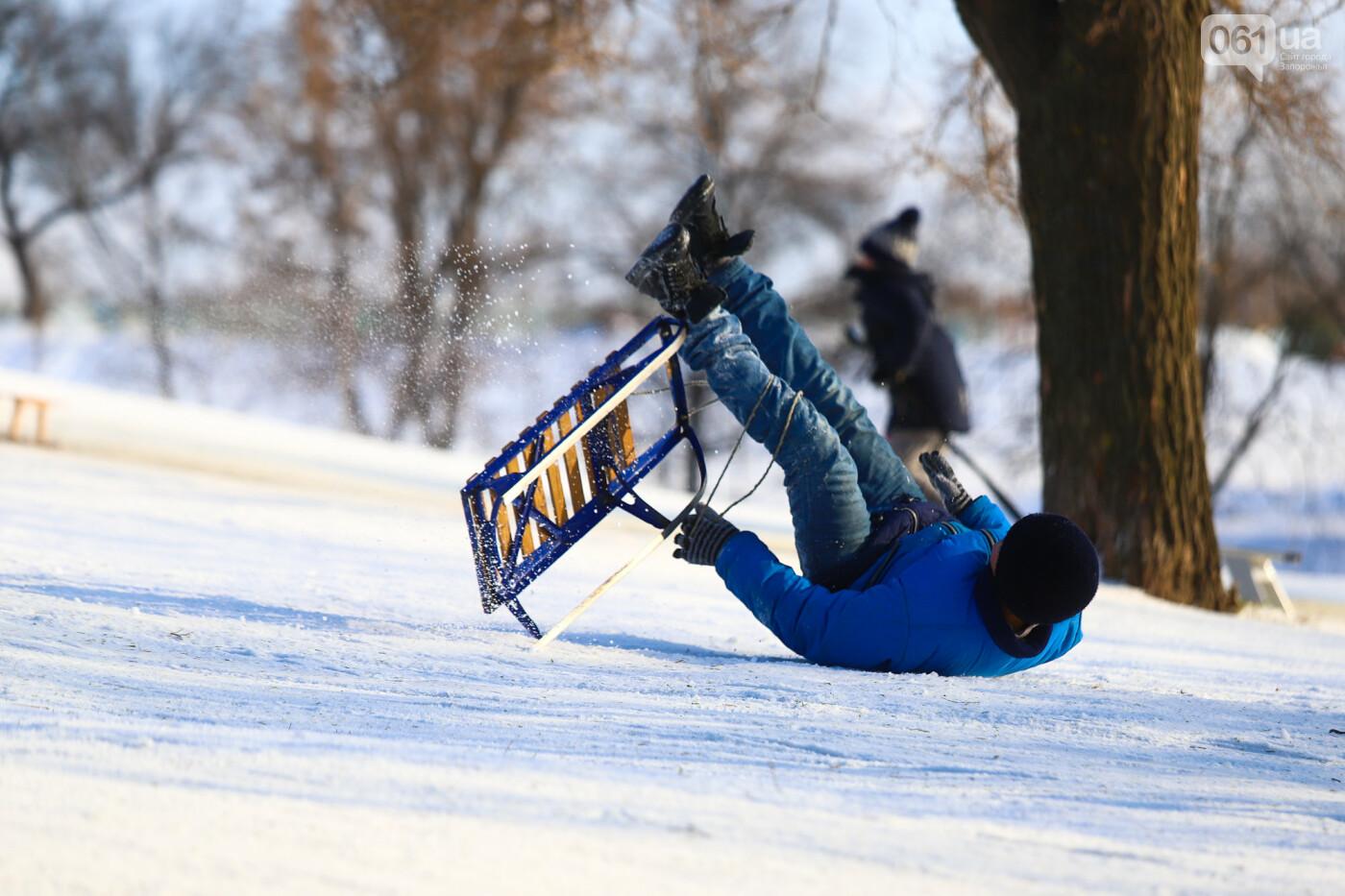 На санках, лыжах и сноуборде: запорожцы устроили массовое катание с горок в Вознесеновском парке, - ФОТОРЕПОРТАЖ, фото-95