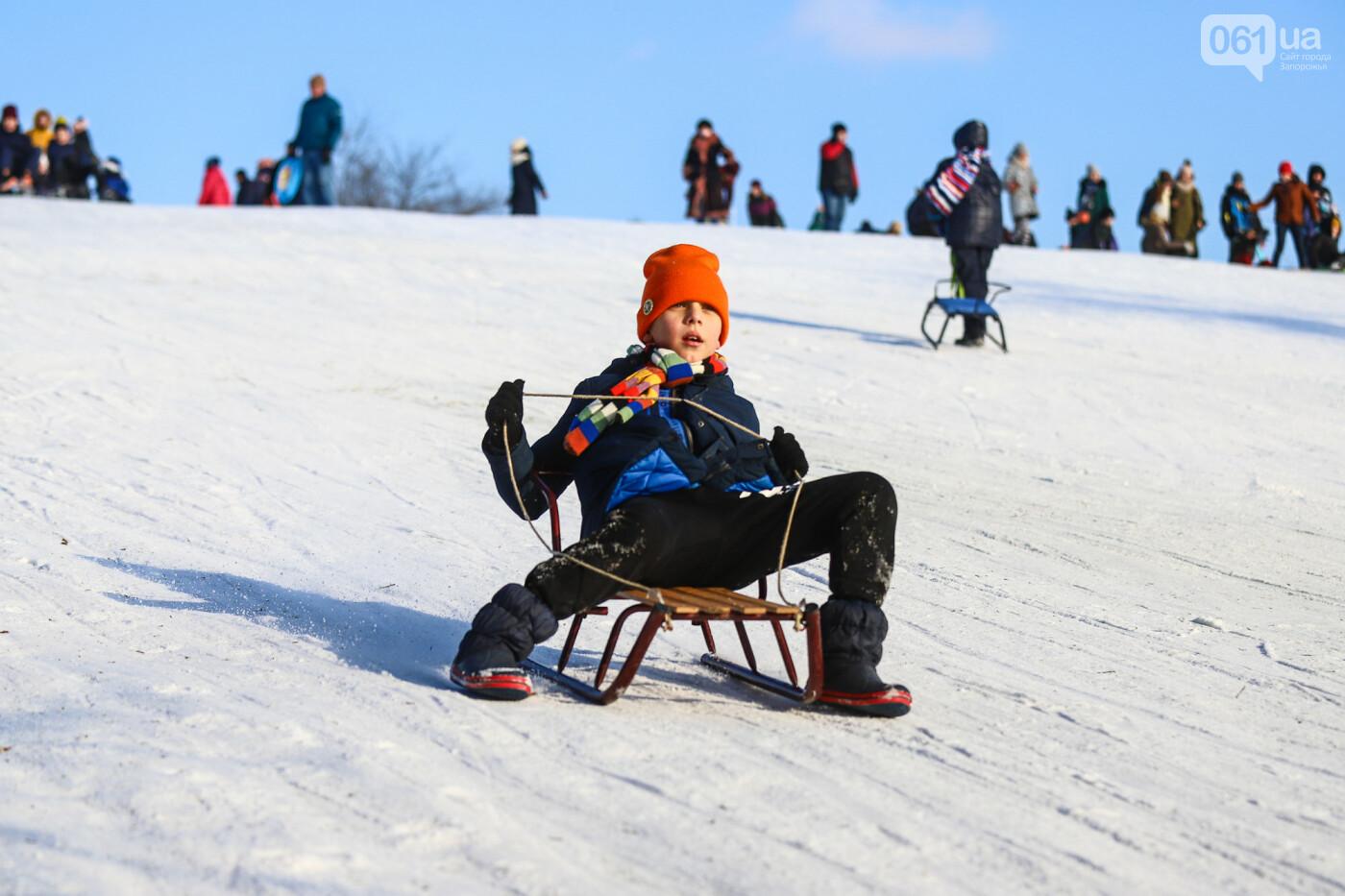 На санках, лыжах и сноуборде: запорожцы устроили массовое катание с горок в Вознесеновском парке, - ФОТОРЕПОРТАЖ, фото-96