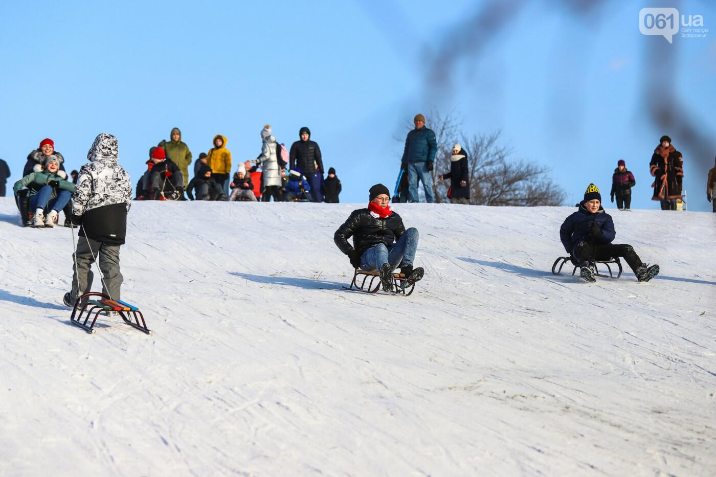 На санках, лыжах и сноуборде: запорожцы устроили массовое катание с горок в Вознесеновском парке, - ФОТОРЕПОРТАЖ, фото-97