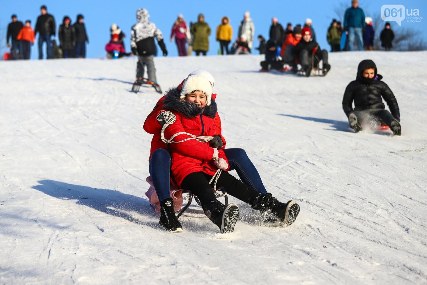 На санках, лыжах и сноуборде: запорожцы устроили массовое катание с горок в Вознесеновском парке, - ФОТОРЕПОРТАЖ, фото-98