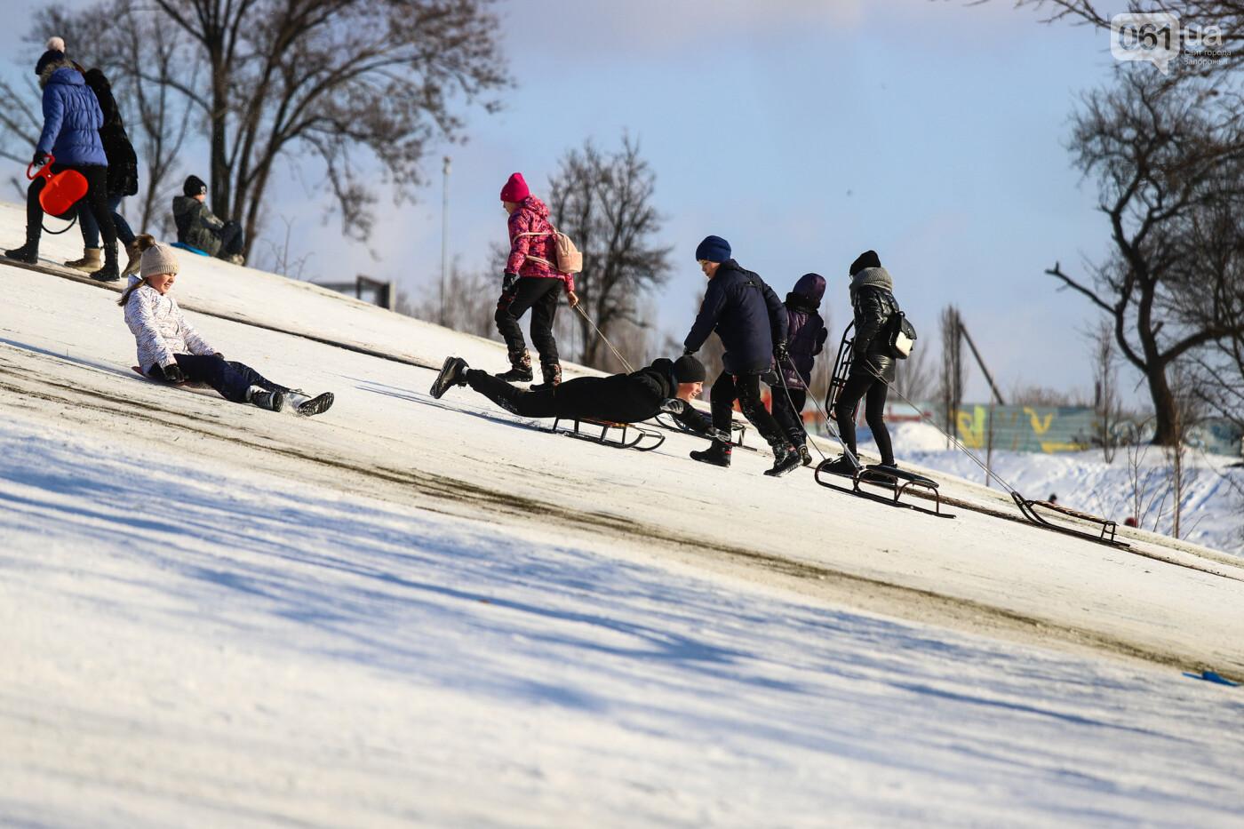На санках, лыжах и сноуборде: запорожцы устроили массовое катание с горок в Вознесеновском парке, - ФОТОРЕПОРТАЖ, фото-99