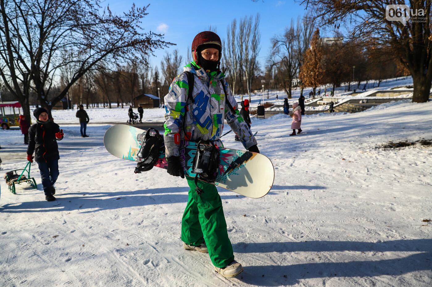 На санках, лыжах и сноуборде: запорожцы устроили массовое катание с горок в Вознесеновском парке, - ФОТОРЕПОРТАЖ, фото-29