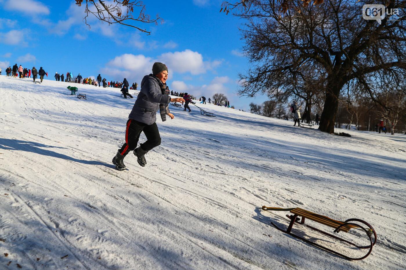 На санках, лыжах и сноуборде: запорожцы устроили массовое катание с горок в Вознесеновском парке, - ФОТОРЕПОРТАЖ, фото-101