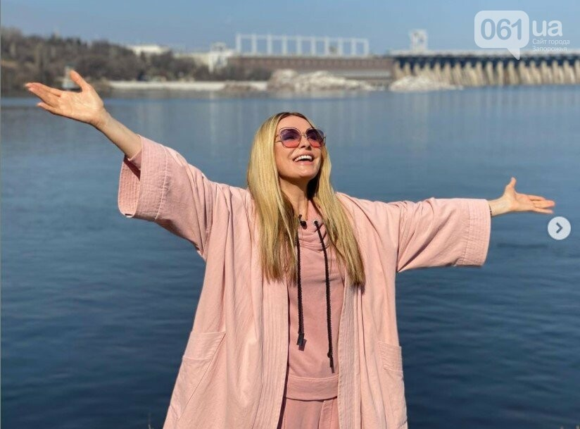 В Запорожье актриса Ольга Сумская сделала селфи на фоне родной школы, - ФОТО, фото-3