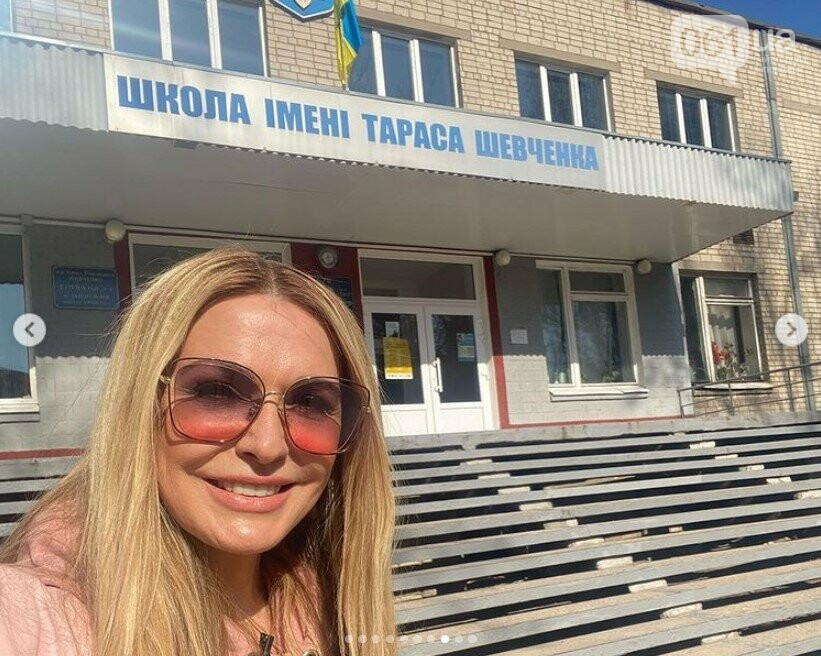 В Запорожье актриса Ольга Сумская сделала селфи на фоне родной школы, - ФОТО, фото-1