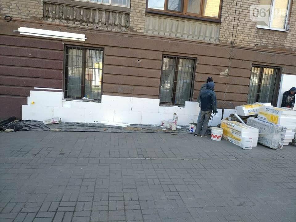 """В Запорожье решили самовольно """"зашить"""" пластиком фасад дома, который входит в ареал Соцгорода, фото-1"""