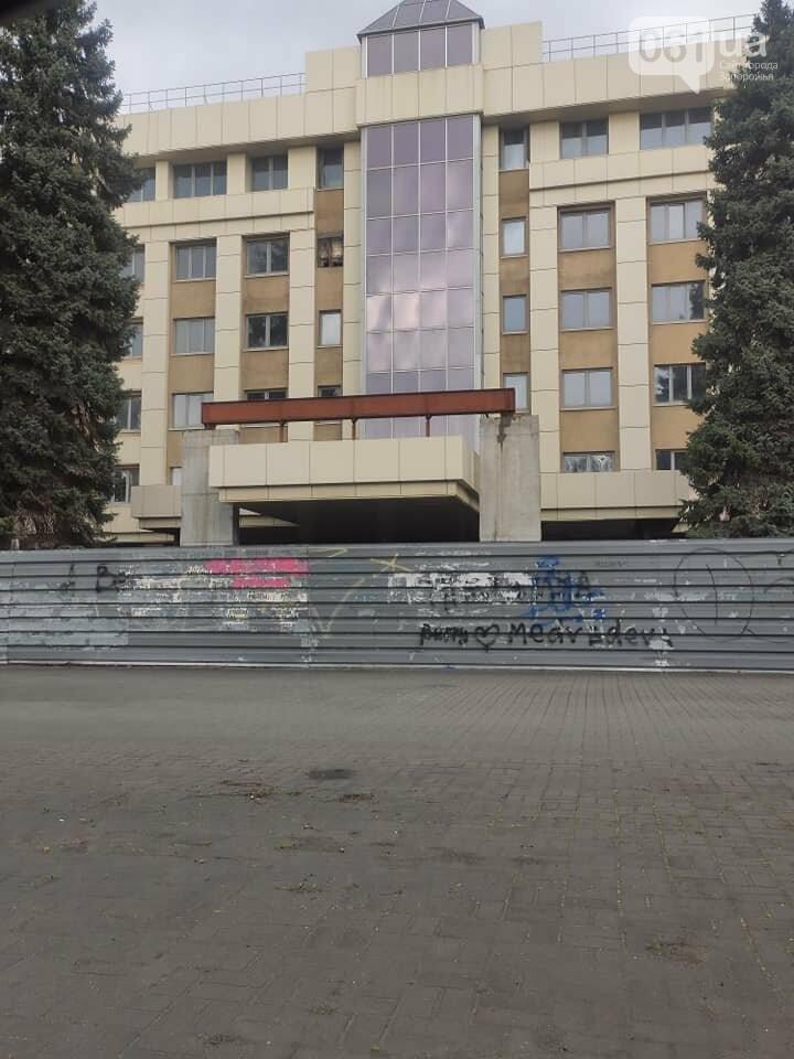 """В Запорожье территория экс-гостиницы """"Днепр"""" заросла бурьяном - на владельца недостроя составили админпротокол , фото-3"""