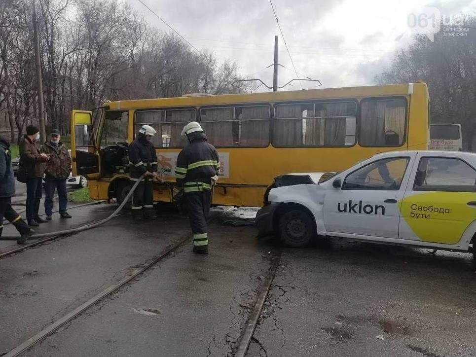 В Запорожье маршрутка врезалась в такси - пострадали четыре человека, - ФОТО , фото-1