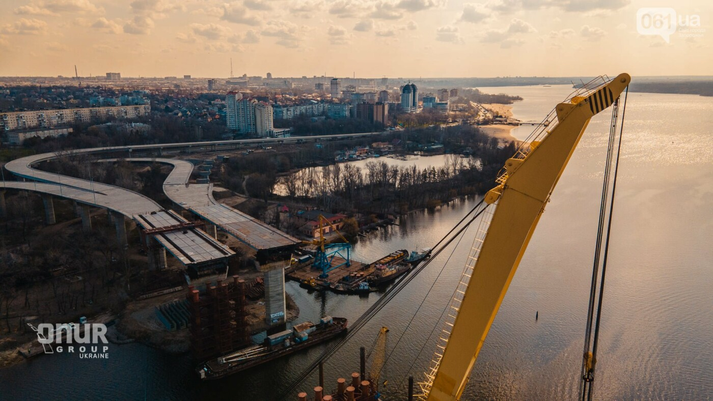 """Плавкран """"Захарий"""" завершает монтаж временных опор вантового моста, - ВИДЕО, фото-4"""