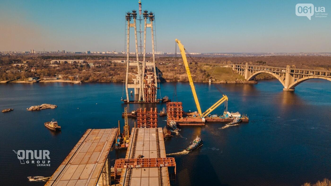 """Плавкран """"Захарий"""" завершает монтаж временных опор вантового моста, - ВИДЕО, фото-1"""