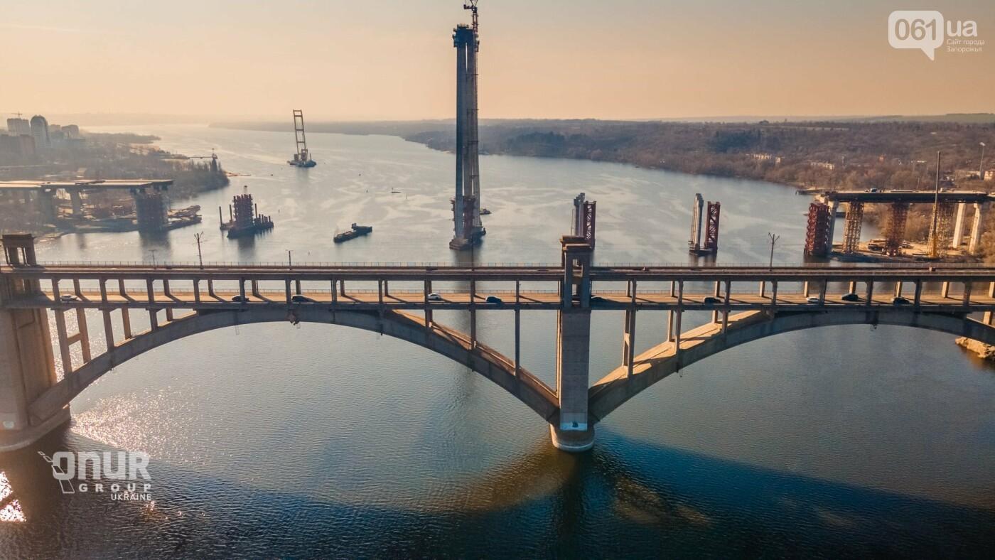 """Плавкран """"Захарий"""" завершает монтаж временных опор вантового моста, - ВИДЕО, фото-2"""