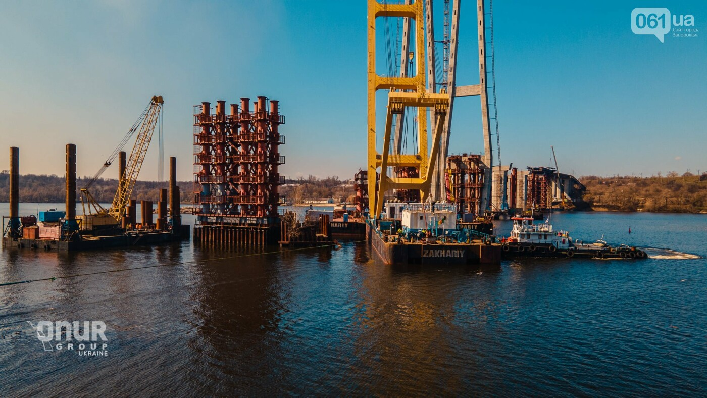 """Плавкран """"Захарий"""" завершает монтаж временных опор вантового моста, - ВИДЕО, фото-3"""
