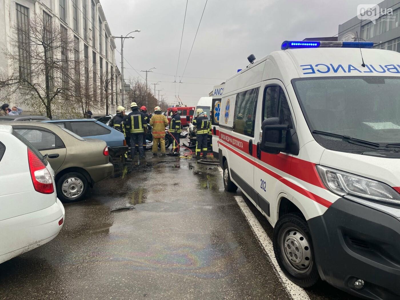 Авария в Запорожье: спасатели срезали крышу легкового автомобиля, чтобы достать погибшую пассажирку, - ФОТО , фото-2