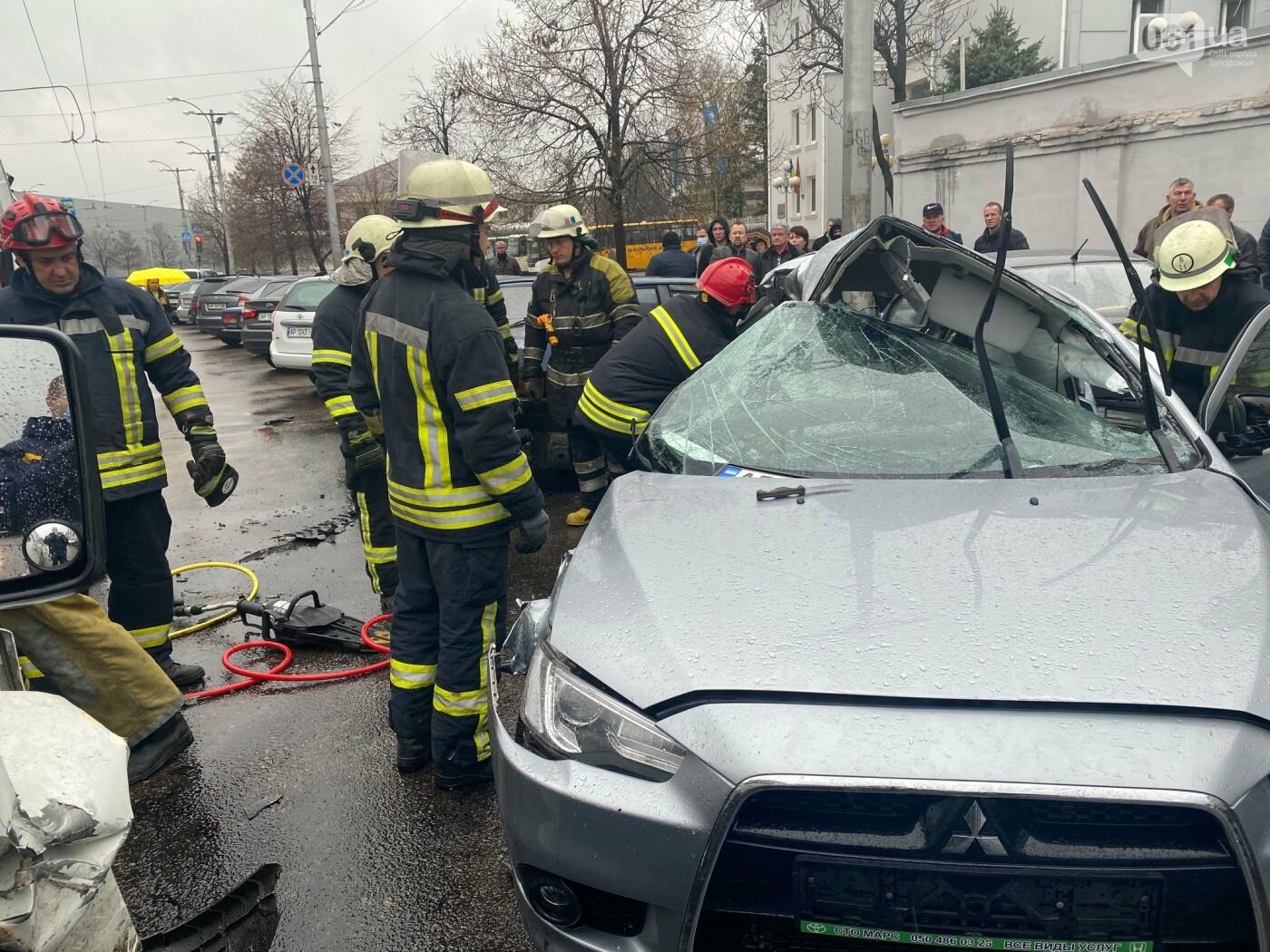 Авария в Запорожье: спасатели срезали крышу легкового автомобиля, чтобы достать погибшую пассажирку, - ФОТО , фото-3