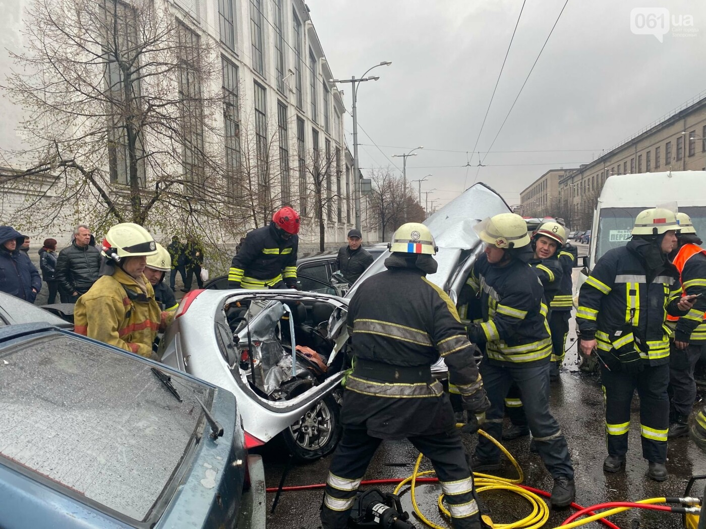Авария в Запорожье: спасатели срезали крышу легкового автомобиля, чтобы достать погибшую пассажирку, - ФОТО , фото-4