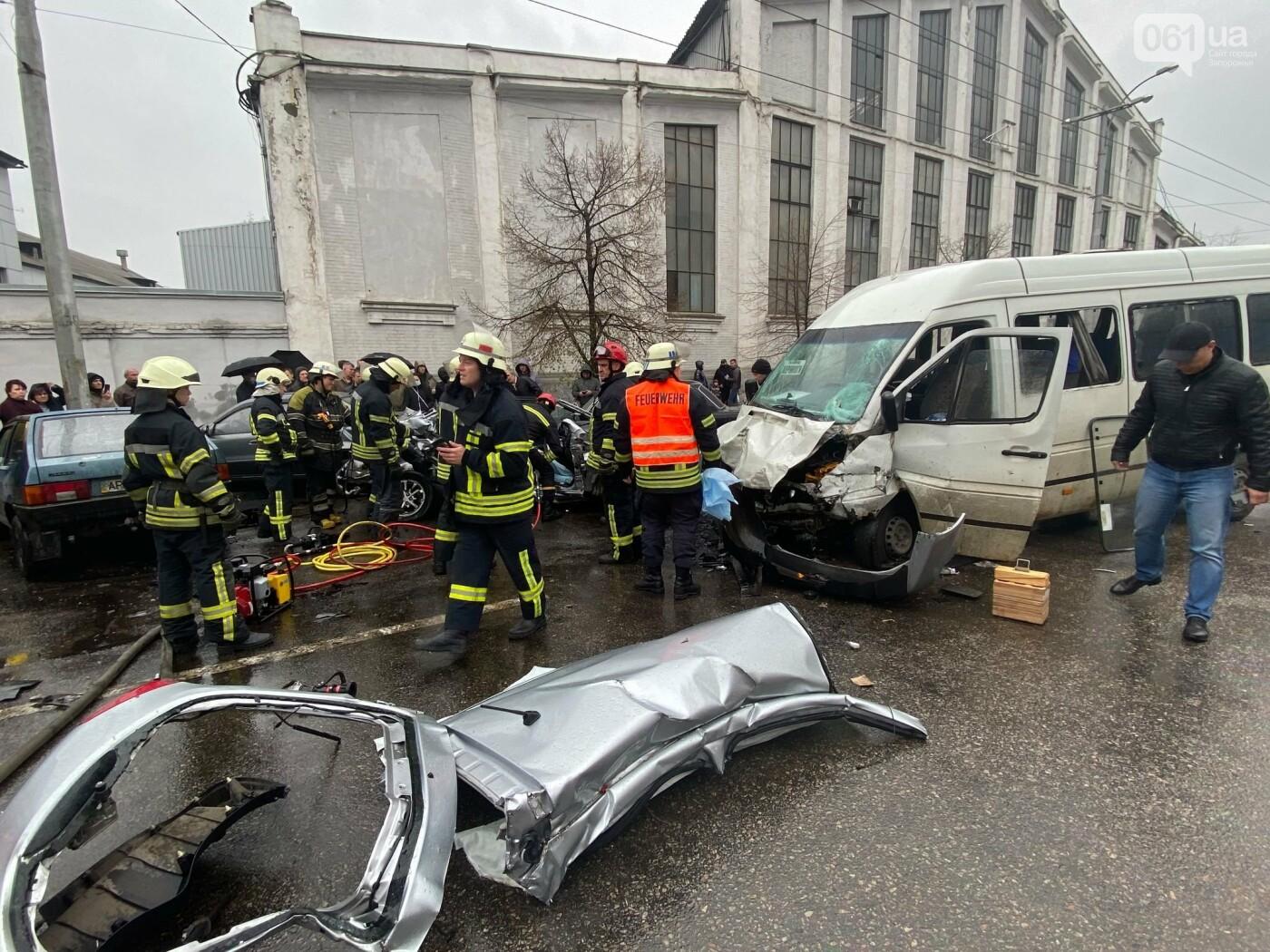 Авария в Запорожье: спасатели срезали крышу легкового автомобиля, чтобы достать погибшую пассажирку, - ФОТО , фото-5