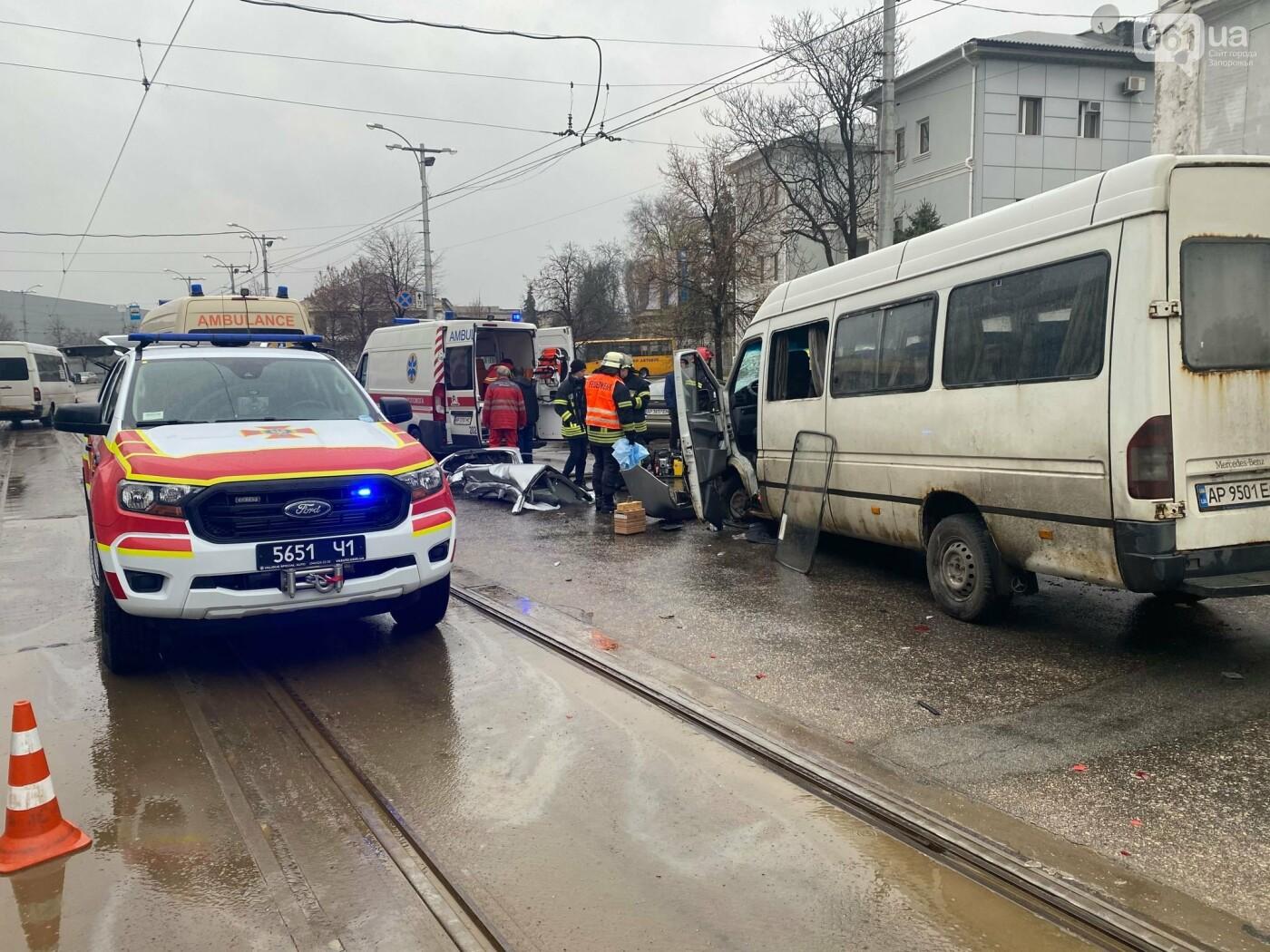 Авария в Запорожье: спасатели срезали крышу легкового автомобиля, чтобы достать погибшую пассажирку, - ФОТО , фото-6