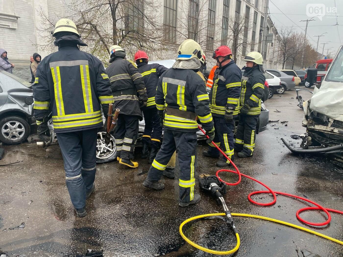 Авария в Запорожье: спасатели срезали крышу легкового автомобиля, чтобы достать погибшую пассажирку, - ФОТО , фото-1