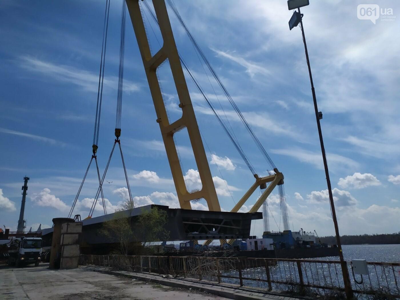 """В Запорожье на понтон """"Захария"""" грузят первый пролет вантового моста - плавкран испытывают под нагрузкой , фото-1"""