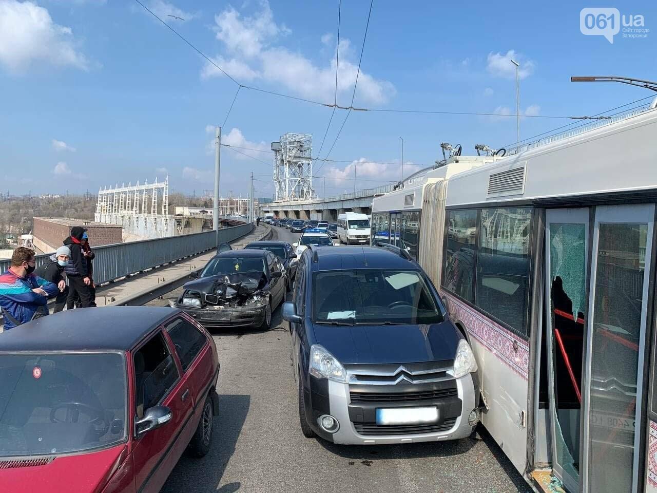 В Запорожье на плотине ДнепроГЭС в аварию попал троллейбус и три легковушки, фото-2