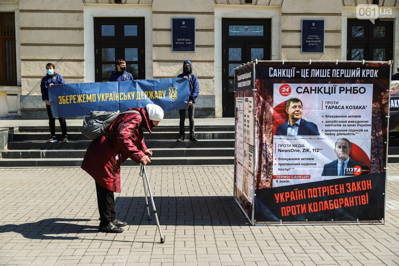 В Запорожье возле мэрии установили стенды с портретами Медведчука и Шария, - ФОТО, фото-15