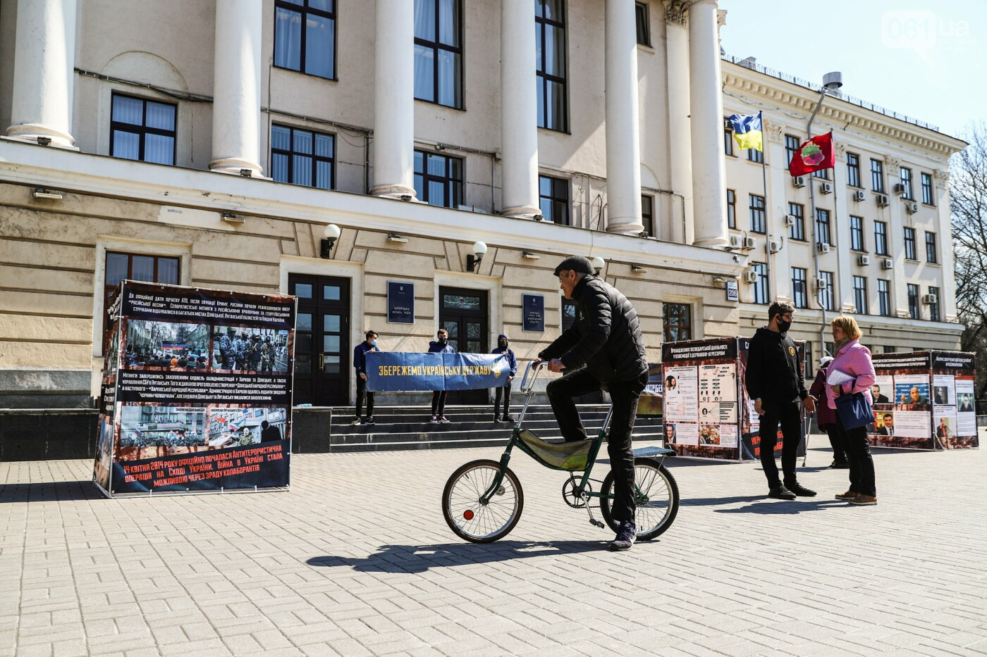 В Запорожье возле мэрии установили стенды с портретами Медведчука и Шария, - ФОТО, фото-17