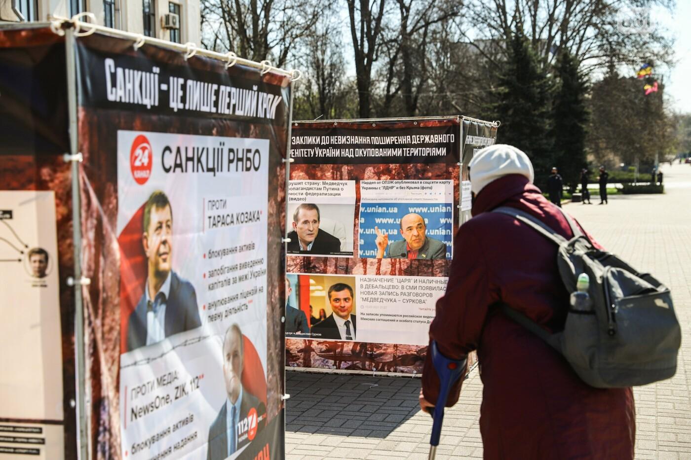 В Запорожье возле мэрии установили стенды с портретами Медведчука и Шария, - ФОТО, фото-14