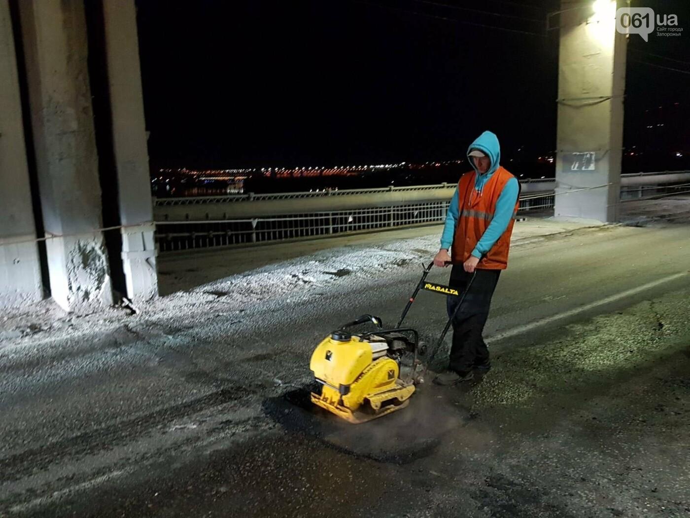 Запорожские коммунальщики ночью на мосту Преображенского ремонтировали дорогу, фото-1