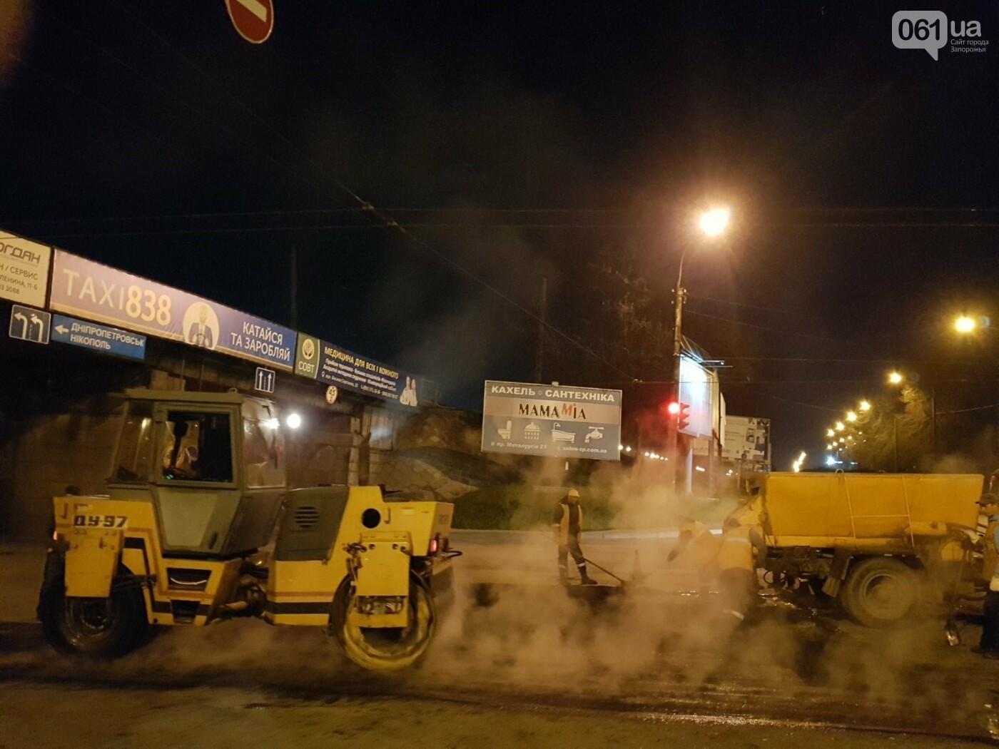 Запорожские коммунальщики ночью на мосту Преображенского ремонтировали дорогу, фото-2