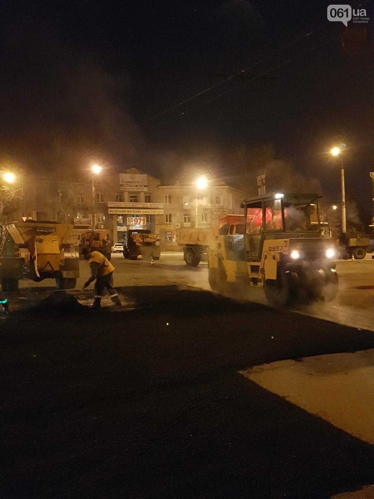 Запорожские коммунальщики ночью на мосту Преображенского ремонтировали дорогу, фото-3
