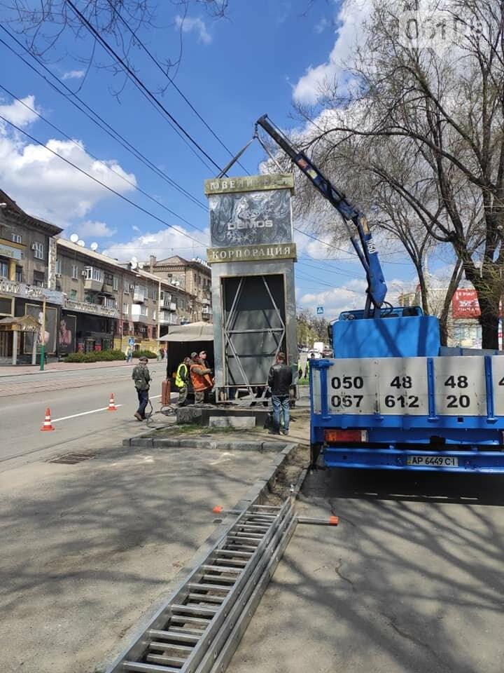 """С фасада здания в центре Запорожья демонтируют незаконную рекламу ювелирной сети """"Demos"""", фото-3"""