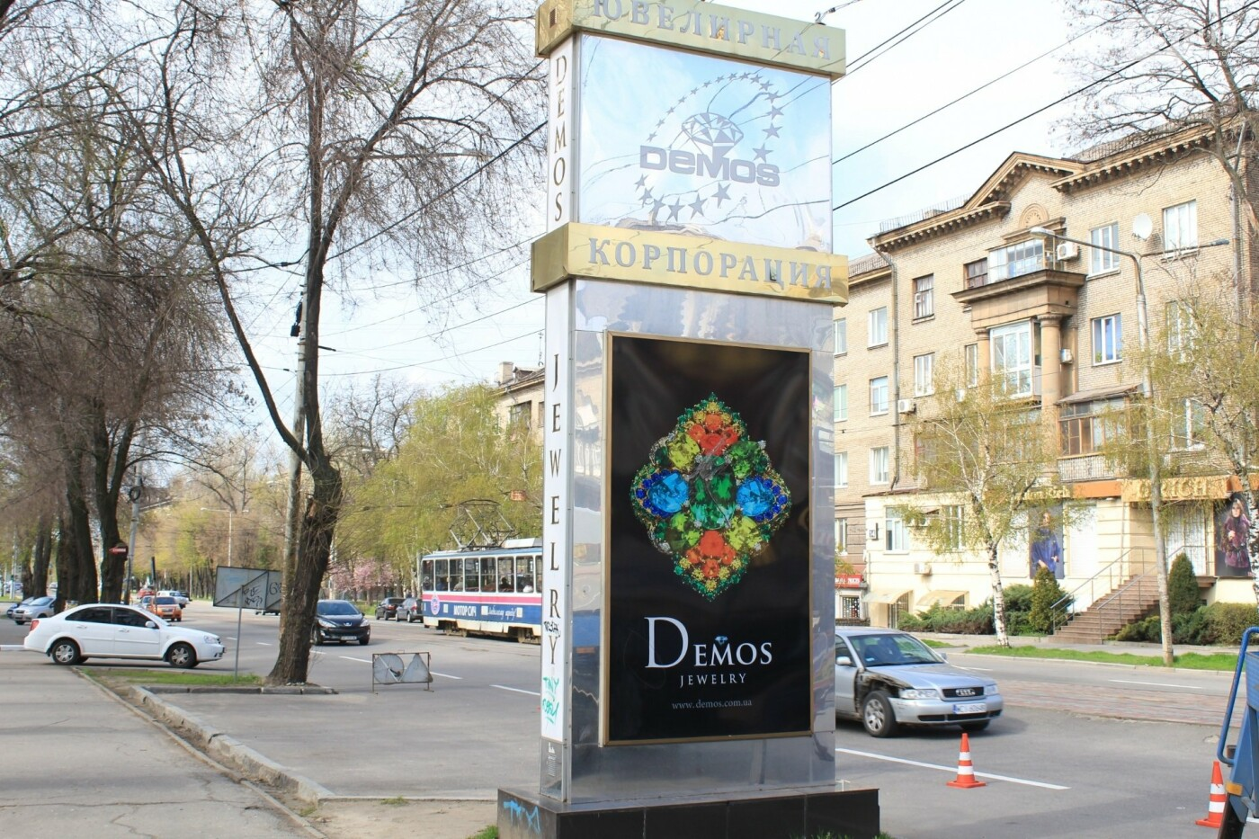 """С фасада здания в центре Запорожья демонтируют незаконную рекламу ювелирной сети """"Demos"""", фото-2"""