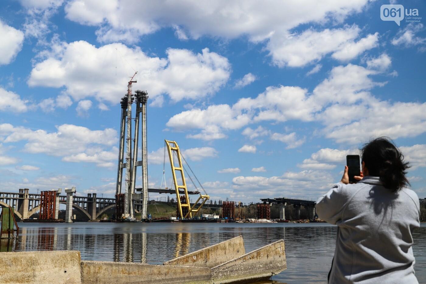 Монтаж первого пролета вантового моста, транспортный локдаун и репортаж из заброшенной шахты: апрель в фотографиях, фото-40