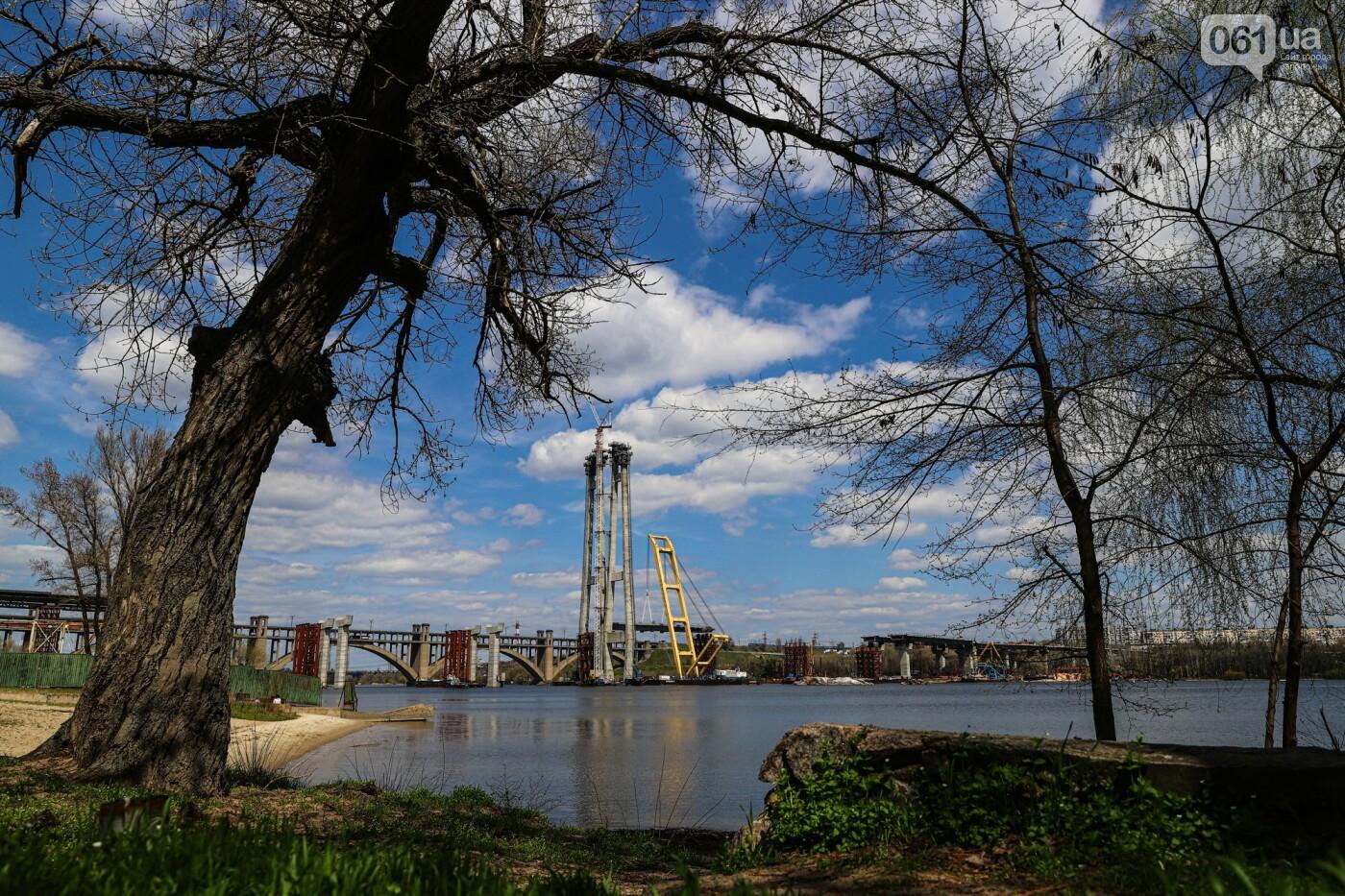 Монтаж первого пролета вантового моста, транспортный локдаун и репортаж из заброшенной шахты: апрель в фотографиях, фото-43