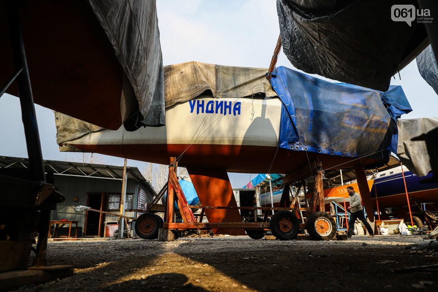 Монтаж первого пролета вантового моста, транспортный локдаун и репортаж из заброшенной шахты: апрель в фотографиях, фото-17
