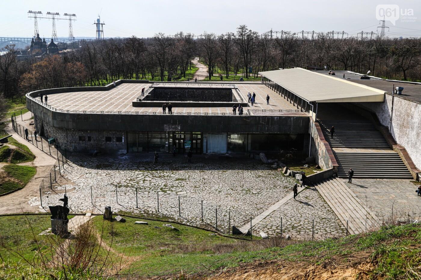 Монтаж первого пролета вантового моста, транспортный локдаун и репортаж из заброшенной шахты: апрель в фотографиях, фото-56