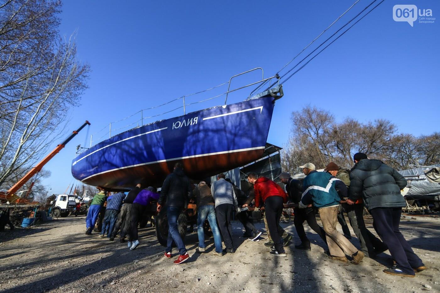 Монтаж первого пролета вантового моста, транспортный локдаун и репортаж из заброшенной шахты: апрель в фотографиях, фото-23