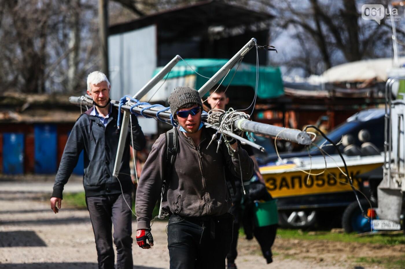 Монтаж первого пролета вантового моста, транспортный локдаун и репортаж из заброшенной шахты: апрель в фотографиях, фото-36