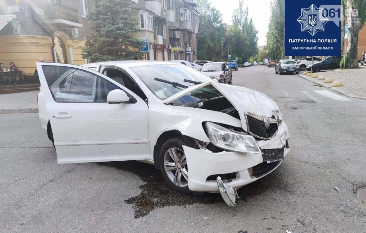 photo2021 05 2123 48 11 60a8f0b56a29e - В центре Запорожья в результате ДТП перевернулся легковой автомобиль, - ФОТО