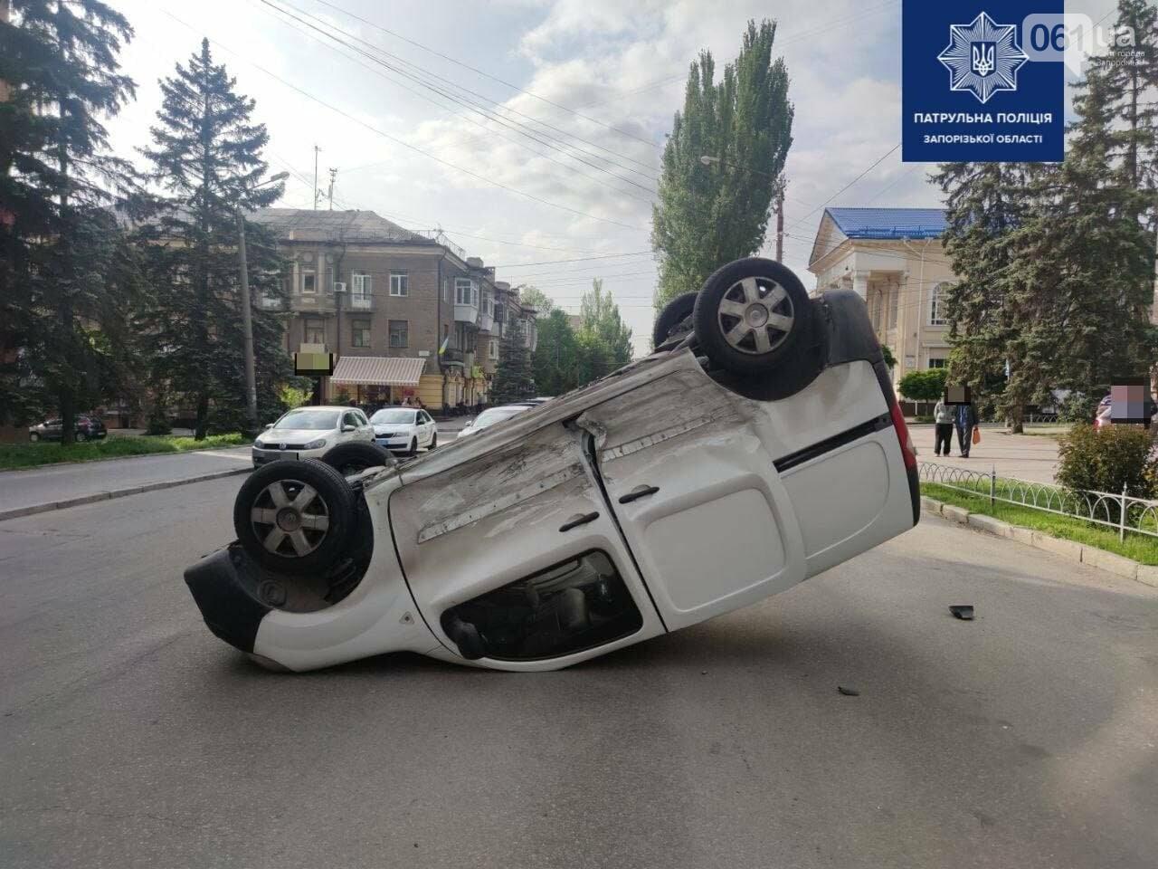 photo2021 05 2123 48 12 60a8f0b6269aa - В центре Запорожья в результате ДТП перевернулся легковой автомобиль, - ФОТО