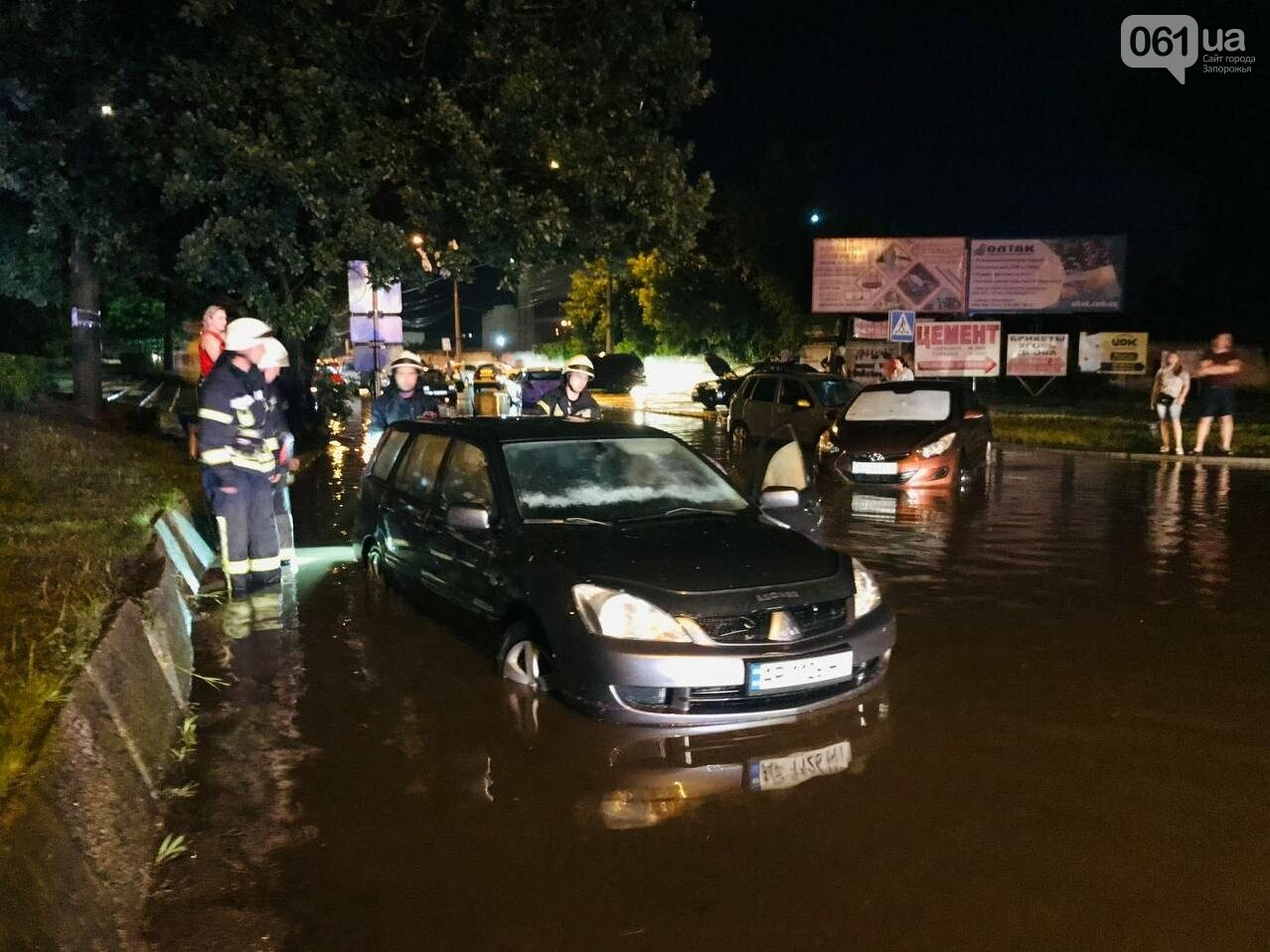 photo2021 06 1408 20 12 60c6fbb590e6f - В центре Запорожья из-за сильного ливня в воде застряли автомобили и подтопило многоэтажку