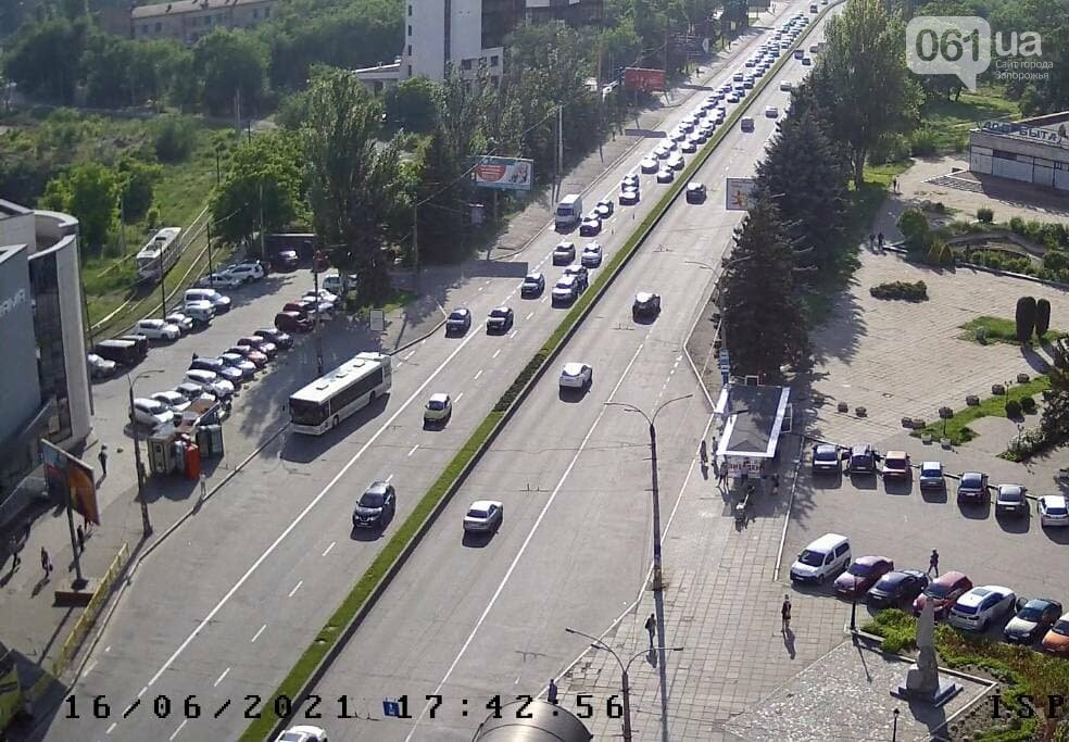 photo2021 06 1617 44 16 60ca128013602 - В Запорожье произошло ДТП на дамбе: движение транспорта осложнено