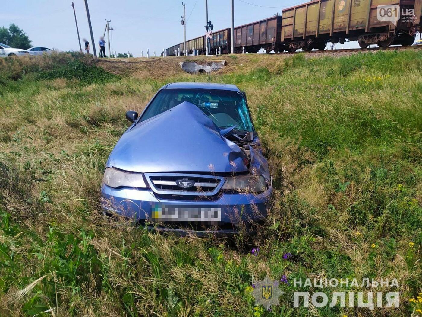 dtp1 60d60c61d41fb - В Запорожской области грузовой поезд столкнулся с легковушкой: в ДТП пострадали двое человек, - ФОТО