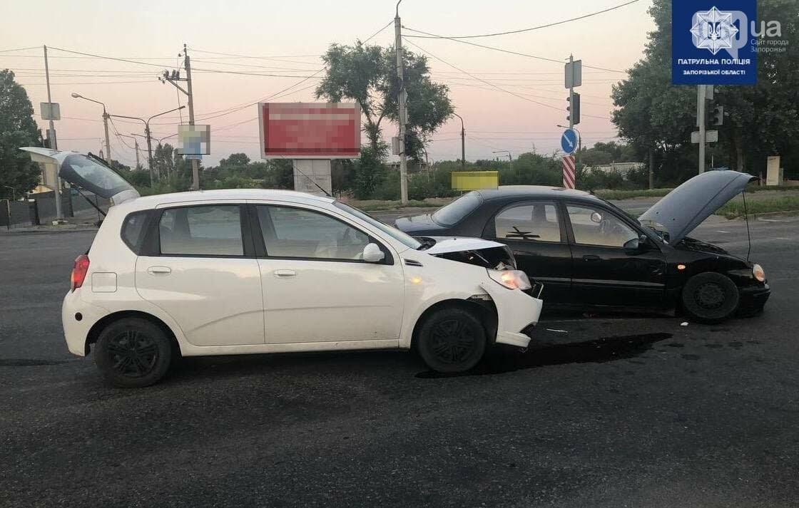 photo2021 07 1210 35 53 60ec19401df10 - В Запорожье возле Набережной магистрали произошло ДТП: от столкновения у автомобиля оторвало колесо, - ФОТО